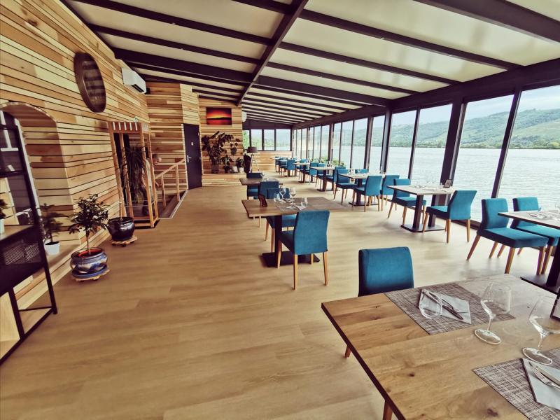 rrestaurant avec terrasse couverte équipée d'une véranda