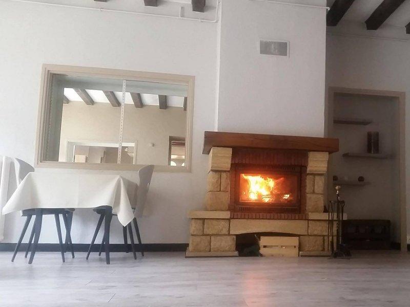restaurant avec une salle pouvant recevoir 25 personnes équipée d'une cheminée